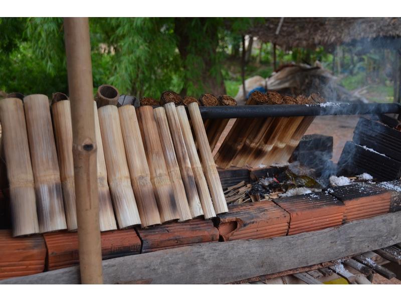 Riso con fagioli cotti arrostiti nella canna di bambù